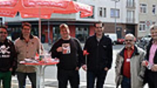 """Stefan Politze am """"fairen Infostand"""" des SPD-Ortsvereins Südstadt-Bult"""