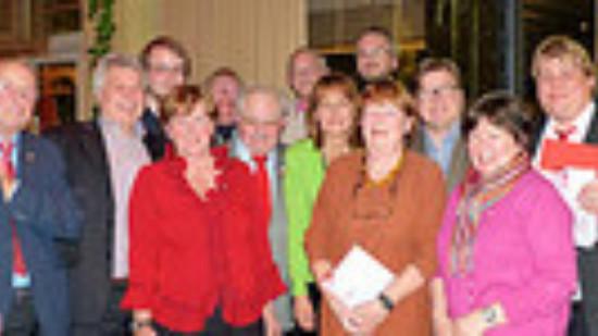 Die Jubel-Gemeinde, eingerahmt von Karl Ravens und Frank Straßburger mit Edelgard Bulmahn im Zentrum.