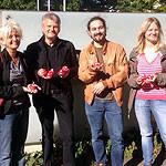 Der Landtagsabgeordnete Stefan Politze, Ratsfrau Kerstin Klebe-Politze und Jusos des SPD-Ortsvereins Südstadt-Bult beim Verteilen der roten Badeenten
