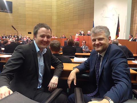 """Die Landtagskollegen Marco Brunotte und Stefan Politze in der letzten Plenarsitzung im """"alten"""" Plenarsaal"""