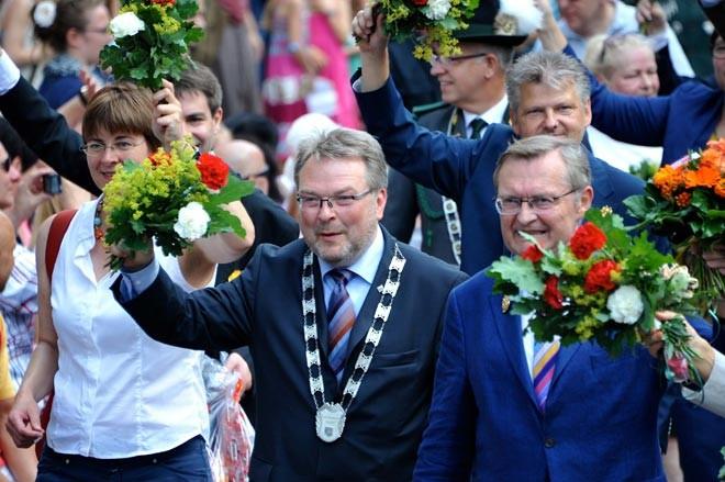 Gut gelaunt in der ersten Reihe: Bürgermeister Thomas Hermann mit der Ratskette