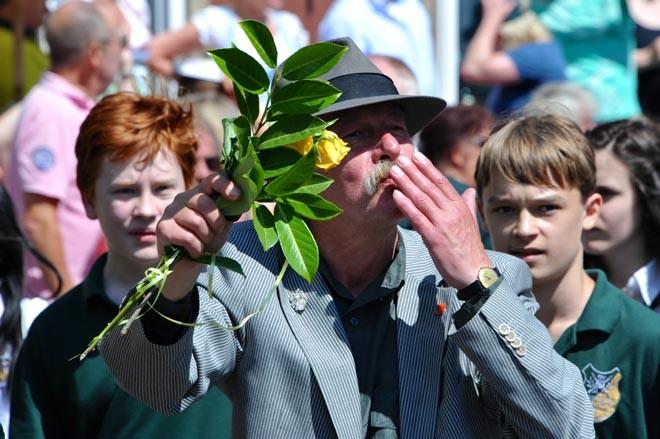 Kusshändchen für Ausmarschgäste: Bezirksbürgermeister Lothar Pollähne genoss den Schützenausmarsch sichtlich.