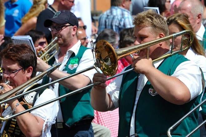 Den Marsch geblasen: OV-Vorsitzender Frank Straßburger beim Auswärtsspiel mit den Empelder Musikanten.