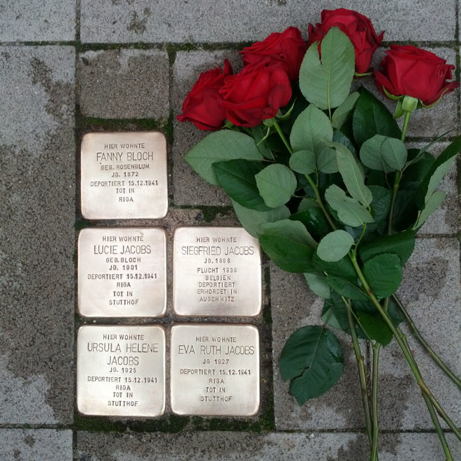 Gereinigte Stolpersteine, die an die Familie Jacobs-Bloch erinnern