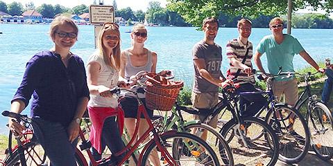 Sechs Personen mit Fahrrädern vor dem Maschsee in Hannover