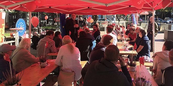 Der Europaabgeordnete Bernd Lange spricht zu den Gästen des Herbstfestes