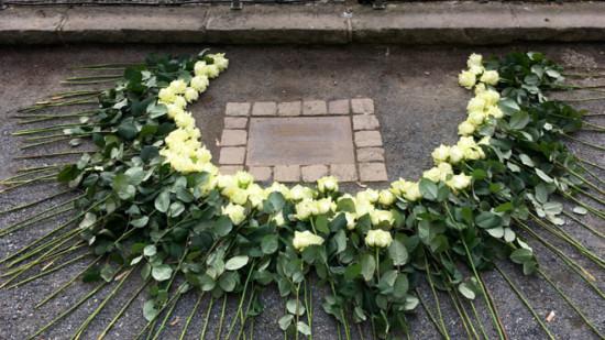 Geschmückte Gedenkplatte