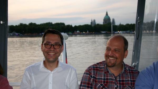 Mit dem Rathaus im Rücken: Marc Hansmann im Gespräch mit Frank Willig (SV Arminia)
