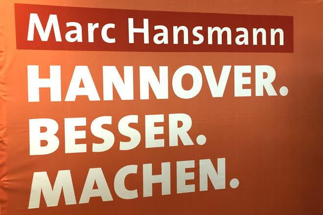 Rpckwand mit der Aufschrift: Marc Hansmann Hannover. Besser. Machen.