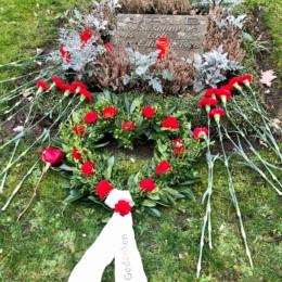 Grabstein mit roten Nelken