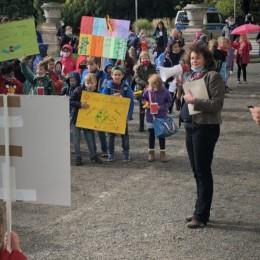 Rita Maria Rzyski steht den Jungdemonstrant*innen Rede und Antwort