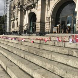 Rote Karten vor dem Rathaus