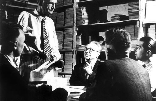 Kurt Schumacher (stehend), Egon Franke (links), Erich Ollenhauer, Fritz Heine und Alfred Nau (Rückansicht) in der Jacobsstraße 10