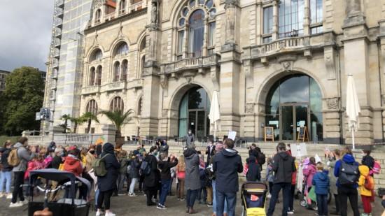 Kinder und Eltern demonstrieren vor dem hannoverschen Rathaus