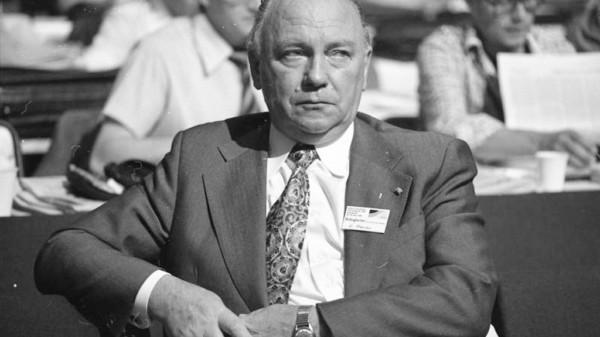 Egon Franke 1976 auf dem außerordentlichen Bundesparteitag der SPD in Dortmund