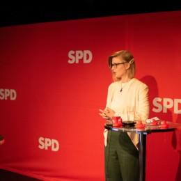 Kirsten Meyer steht auf der Bühne
