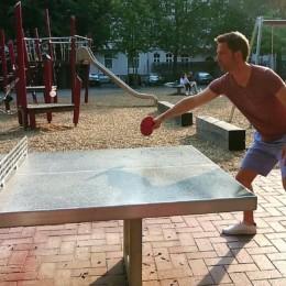 Steffen Krach spielt Tischtennis an einer Outdoor-Platte