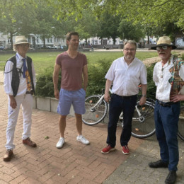 Vier Personen stehen vor einem Park