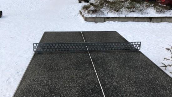 Eine Outdoor-Tischtennisplatte im Schnee