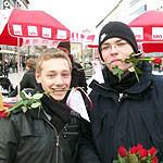 Jusos verteilen Rosen zum Weltfrauentag zusammen mit Edelgard Bulmahn