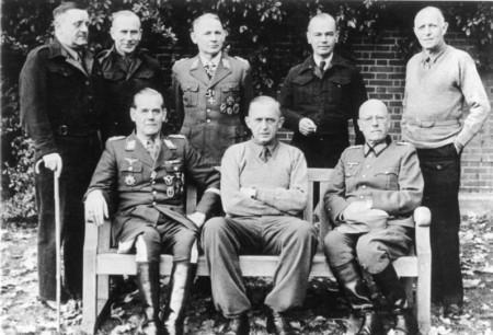 Eberhard Wildermuth (rechts außen) im Gefangenenlager Trent Park, November 1944